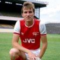 Stewart Robson con la camiseta del Arsenal 1982 visitante