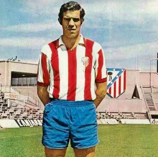 Luis Aragonés con la camiseta retro del Atlético de Madrid