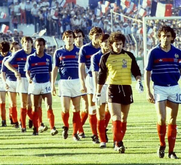 Platini y la selección de Francia con la camiseta de la Eurocopa 1984