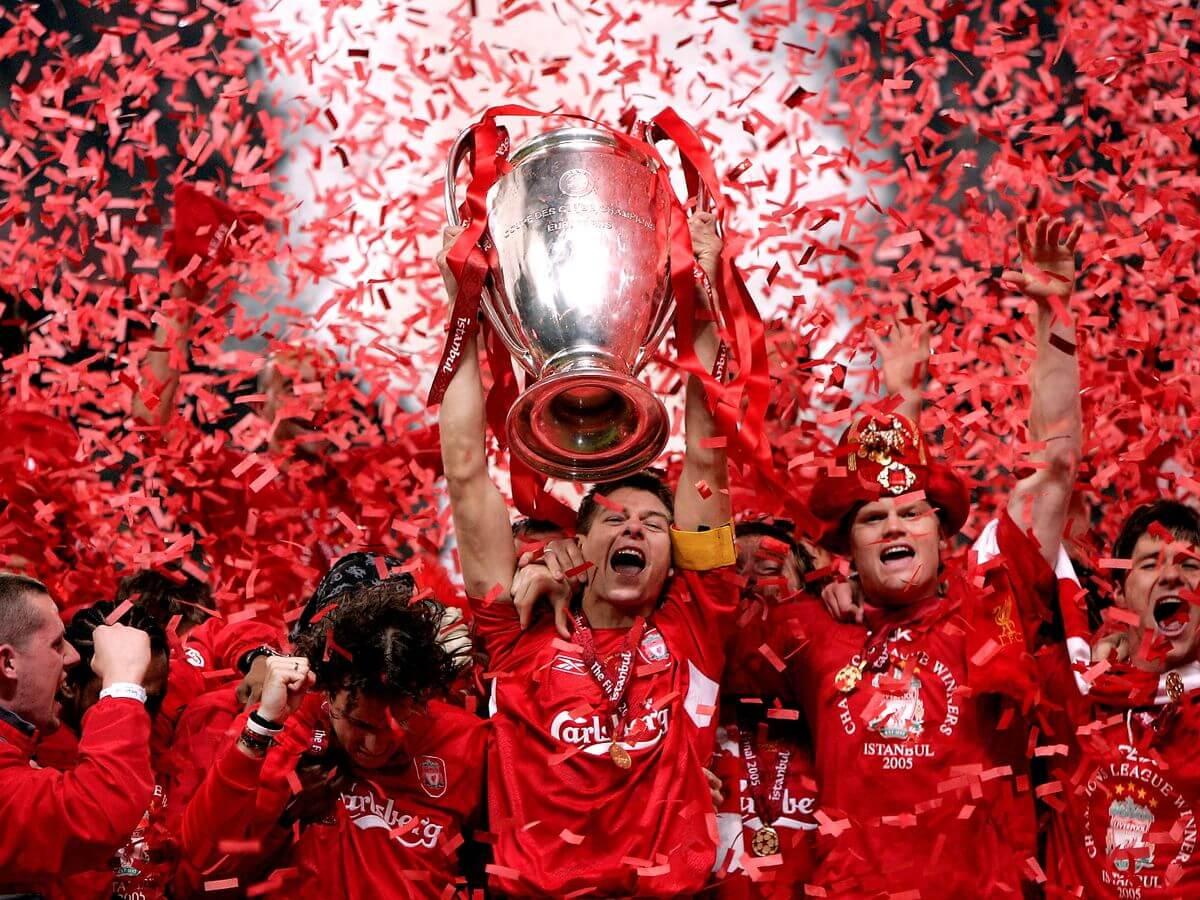 Steven Gerrard levanta la Champions League de 2005 en la final de Istambul contra el AC Milan