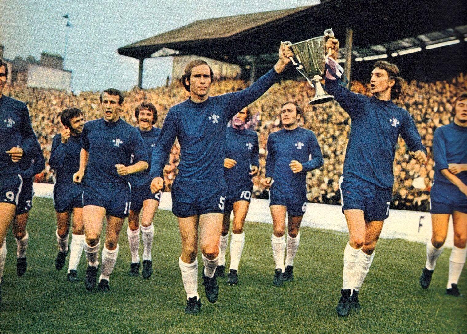 El Chelsea FC cona la Recopa del 1971 ganada en la final contra el Real Madrid